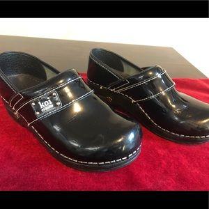 Kiu Sanita Black patent leather Clogs